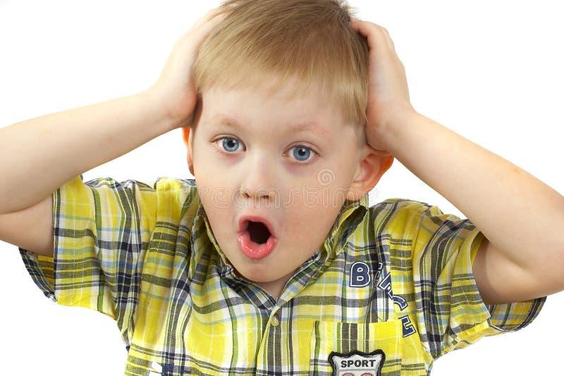 El muchacho el blonde experimenta emociones. imagenes de archivo
