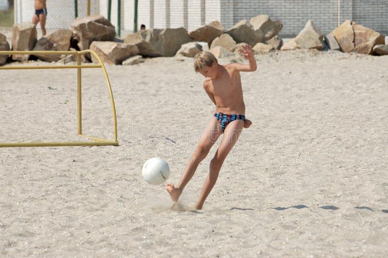 Download El Muchacho En La Playa Juega Al Balompié? Foto de archivo - Imagen de costa, persona: 1295294