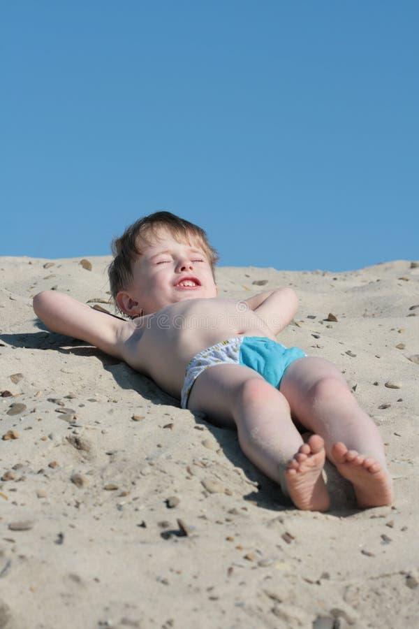 El muchacho en una playa fotografía de archivo