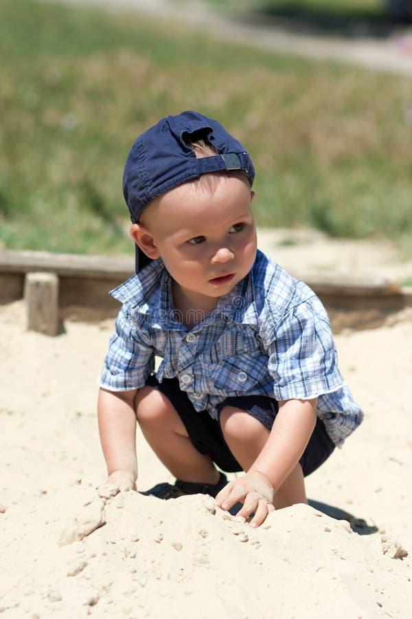 El muchacho en una salvadera foto de archivo libre de regalías