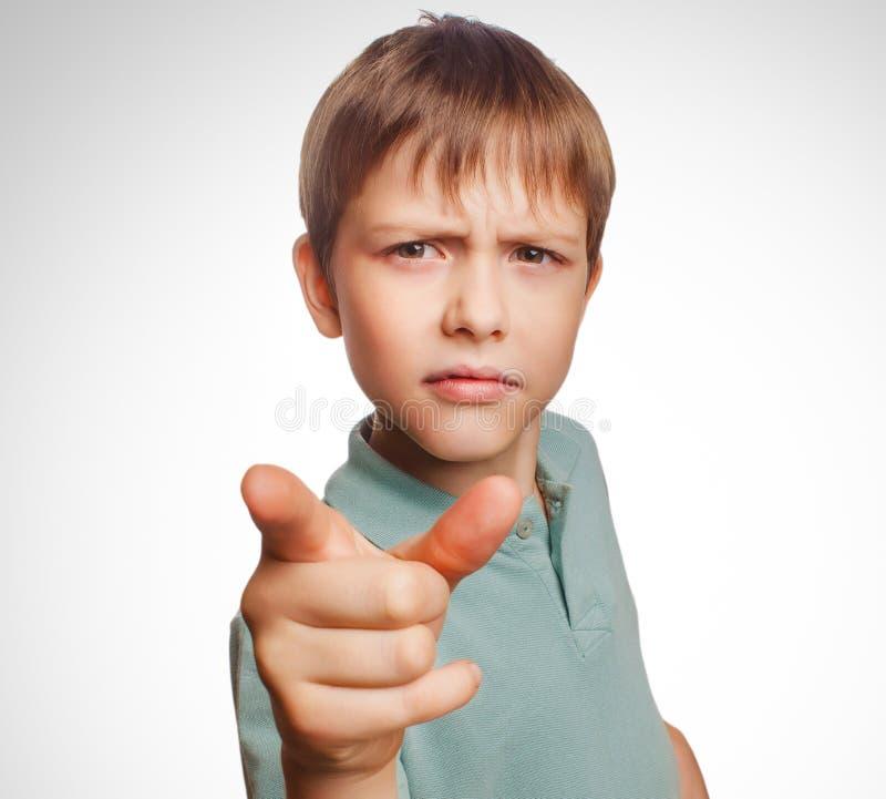 El muchacho enojado muestra que es su finger al mal de la pantalla imagen de archivo libre de regalías