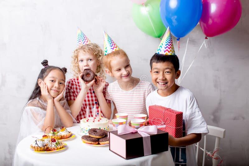 El muchacho está celebrando su cumpleaños con las muchachas imagenes de archivo