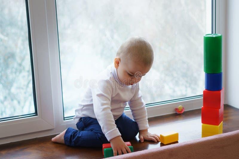 El muchacho está construyendo al constructor fotografía de archivo libre de regalías