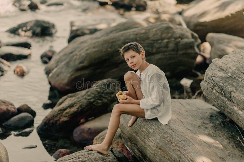 El muchacho está jugando en rocas fotos de archivo libres de regalías