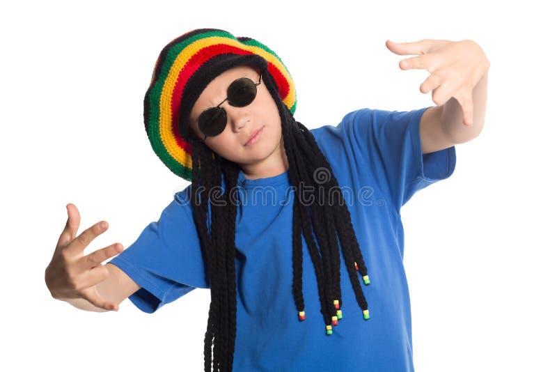 El muchacho europeo en un casquillo con los dreadlocks canta rap fotos de archivo libres de regalías