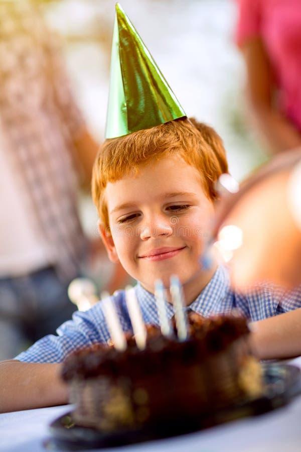 El muchacho feliz celebra cumpleaños fotografía de archivo