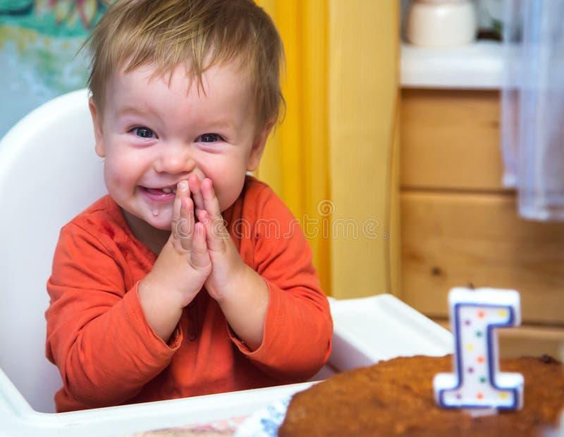 El muchacho feliz celebra su primer cumpleaños foto de archivo