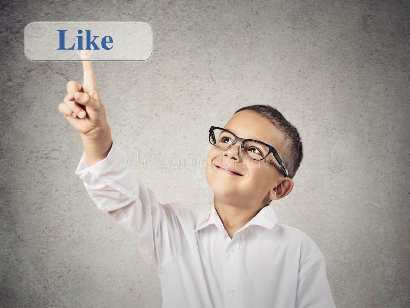 El muchacho feliz hace clic en como el botón foto de archivo libre de regalías