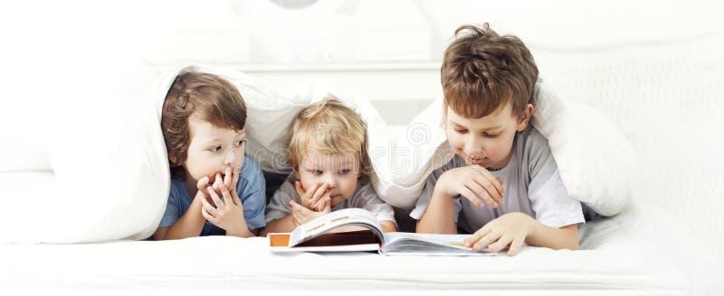 El muchacho feliz leyó el libro imagen de archivo