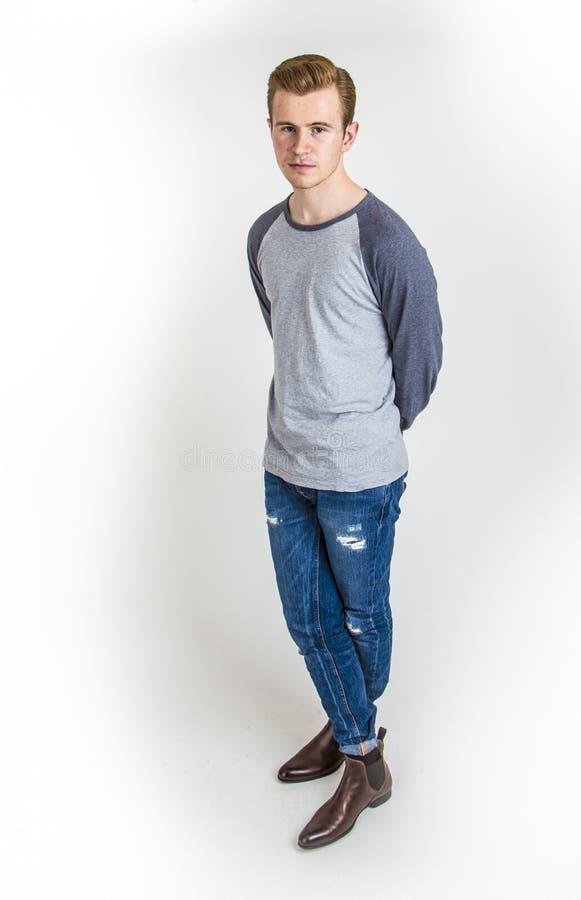 El muchacho fresco con la expresión facial fresca presenta en estudio fotografía de archivo libre de regalías