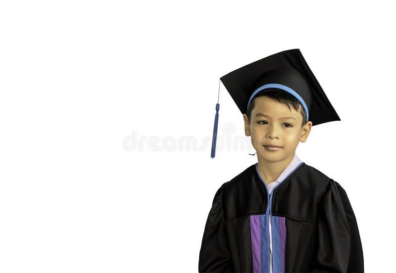 El muchacho graduó de guardería que este estudio es el primer a avanzar al nivel siguiente en un fondo blanco con la trayectoria  fotos de archivo libres de regalías