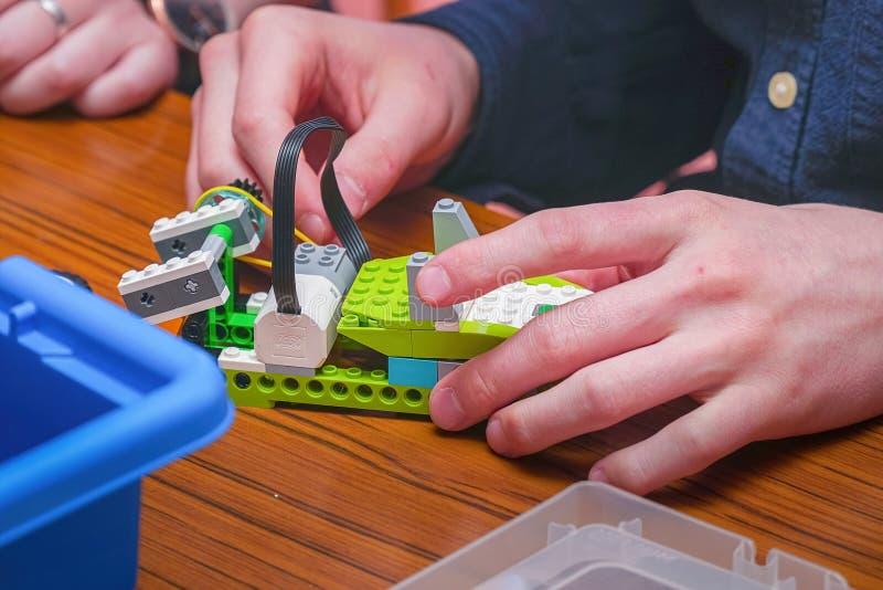 El muchacho hace un modelo del coche de los detalles del diseñador de los niños fotos de archivo libres de regalías