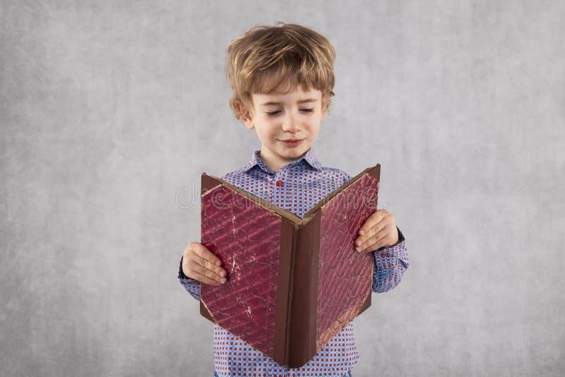 El muchacho joven aprende ser profesor fotografía de archivo libre de regalías