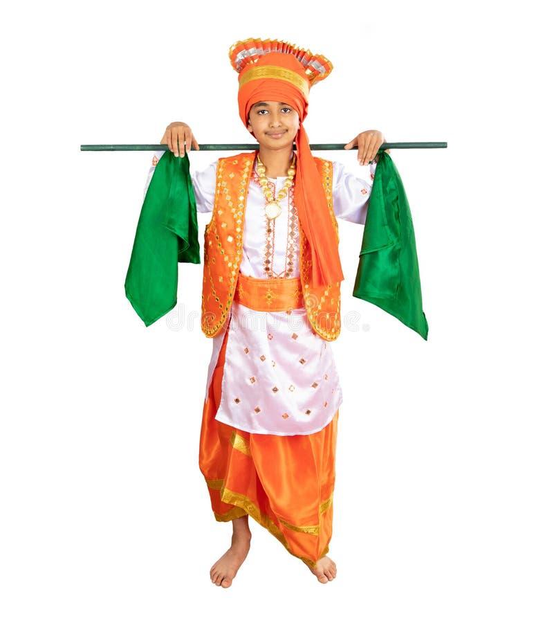 El muchacho joven se vistió en un traje del norte tradicional de la danza de Bhangra del indio fotos de archivo libres de regalías