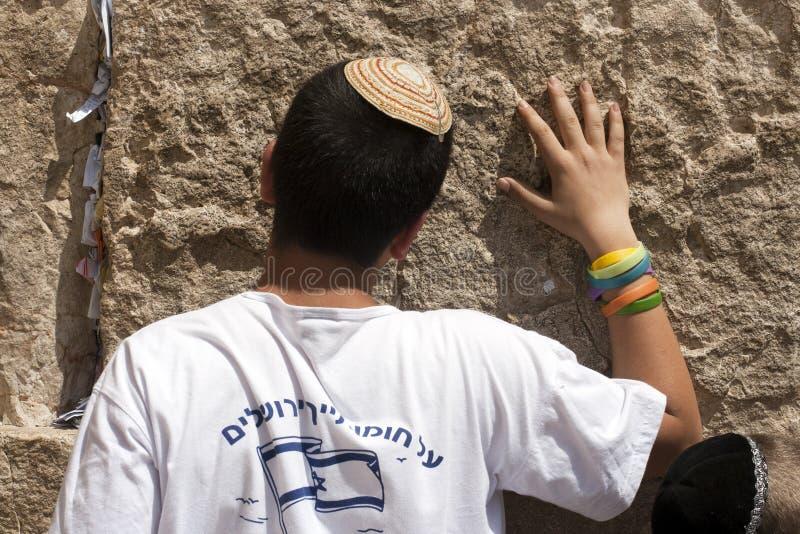 El muchacho judío ruega en la pared que se lamenta en el Ol imagenes de archivo