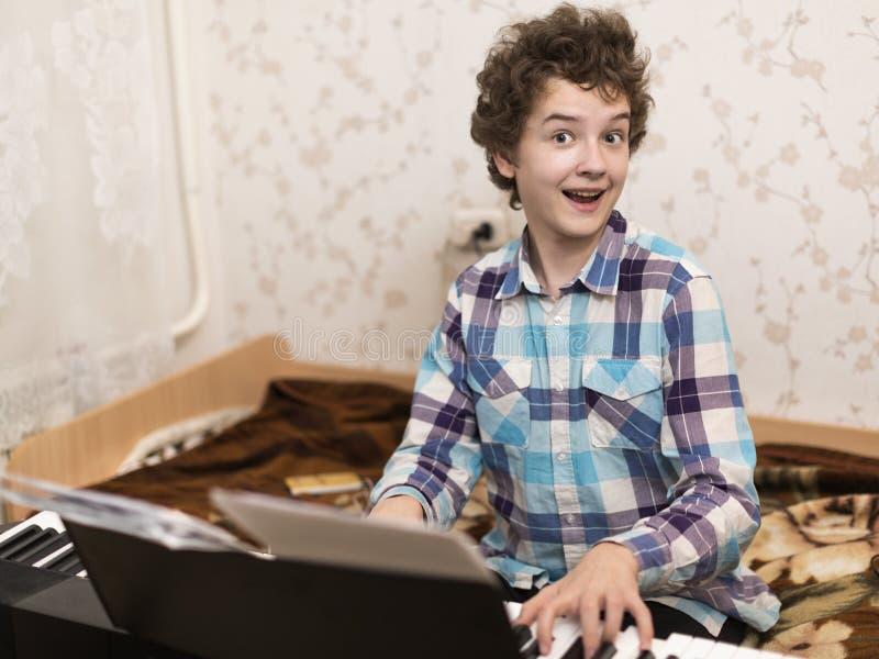 El muchacho juega el piano imágenes de archivo libres de regalías