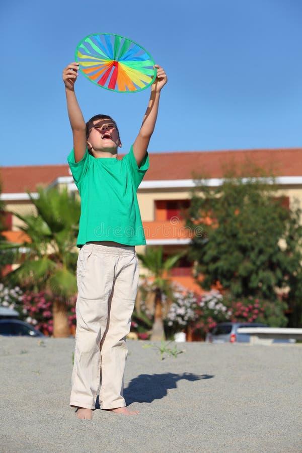 El muchacho levantó encima de las manos hacia arriba con el círculo fotos de archivo