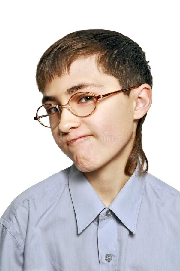 El muchacho malévolo en vidrios foto de archivo libre de regalías