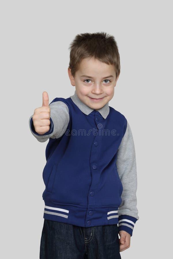 El muchacho muestra el finger imágenes de archivo libres de regalías
