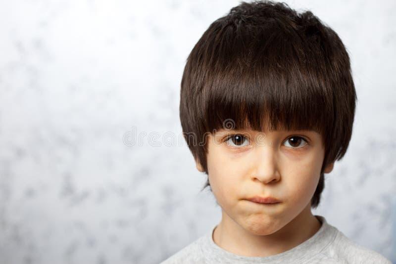 El muchacho pensativo mordió su labio fotografía de archivo libre de regalías