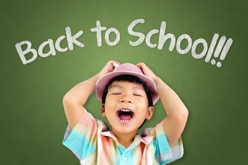El muchacho perezoso es griterío enojado y no quiere volver a la escuela foto de archivo libre de regalías
