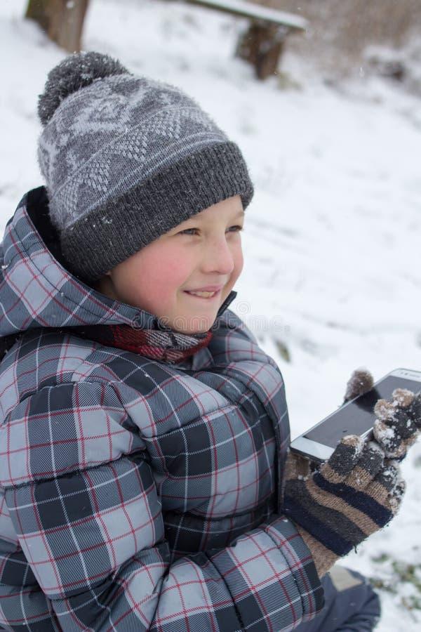 El muchacho piensa invierno fotografía de archivo libre de regalías
