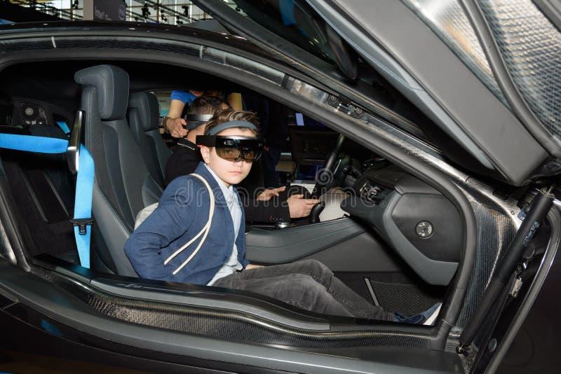 El muchacho prueba la realidad aumentada en la cabina de Intel en el CeBIT fotografía de archivo