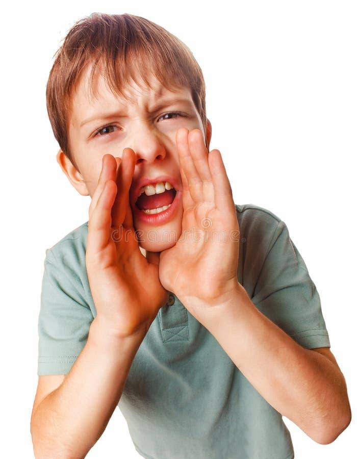 El muchacho que el adolescente que llama gritos embroma gritos abrió el suyo foto de archivo