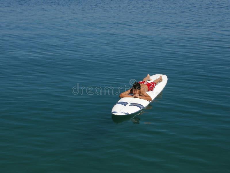 El muchacho que practica surf y goza en vacaciones en Croatia imagenes de archivo