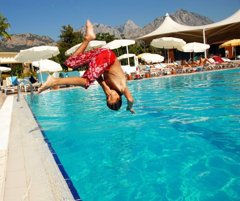 El muchacho que salta en piscina imágenes de archivo libres de regalías