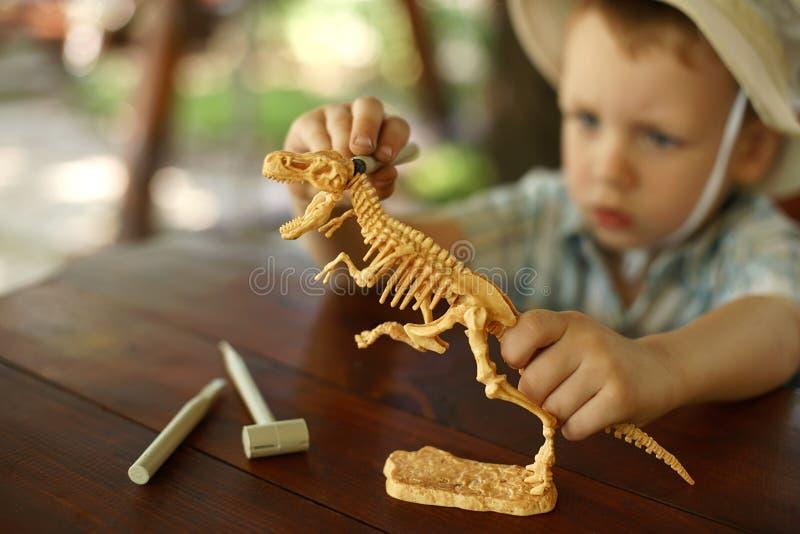 El muchacho quiere ser arqueólogo fotos de archivo