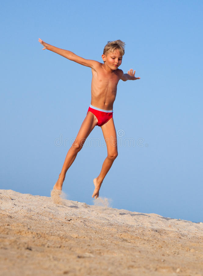 El muchacho salta foto de archivo libre de regalías