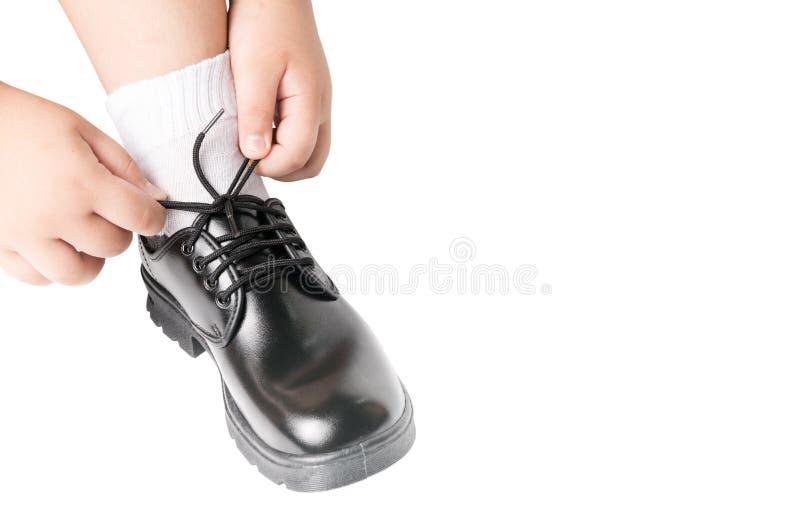 El muchacho tailandés está atando el zapato del estudiante de los cordones fotos de archivo libres de regalías