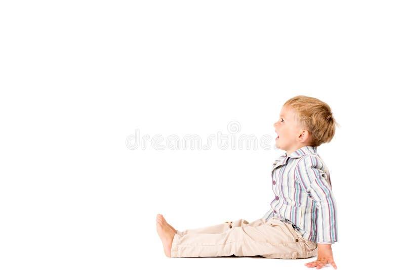El muchacho tiró en el estudio en un fondo blanco con el espacio de la copia fotografía de archivo libre de regalías