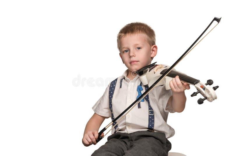 El muchacho toca el violín fotos de archivo libres de regalías