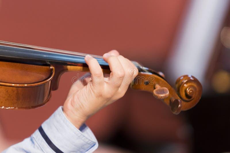 El muchacho toca el violín imagenes de archivo