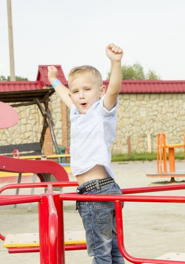 El muchacho va para una impulsión en un oscilación foto de archivo