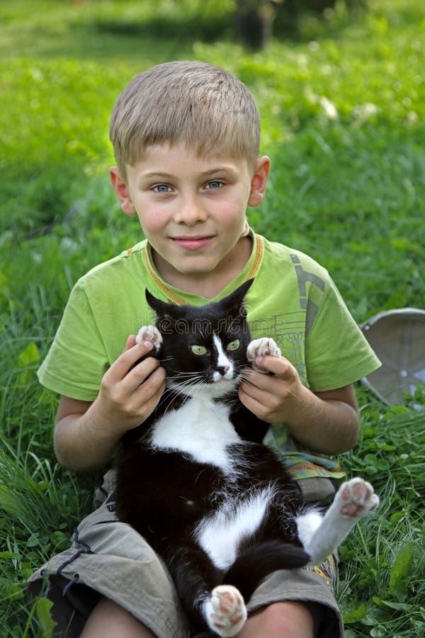 El muchacho y el gato fotografía de archivo libre de regalías