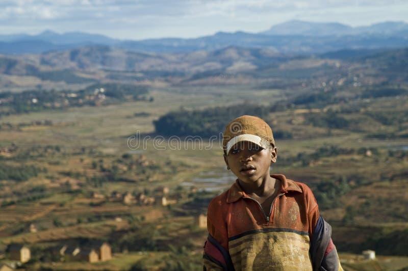 El muchacho y el paisaje imagen de archivo libre de regalías