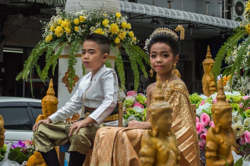 El muchacho y la muchacha en el flotador desfilaron alrededor de la ciudad de Chiang Rai fotos de archivo