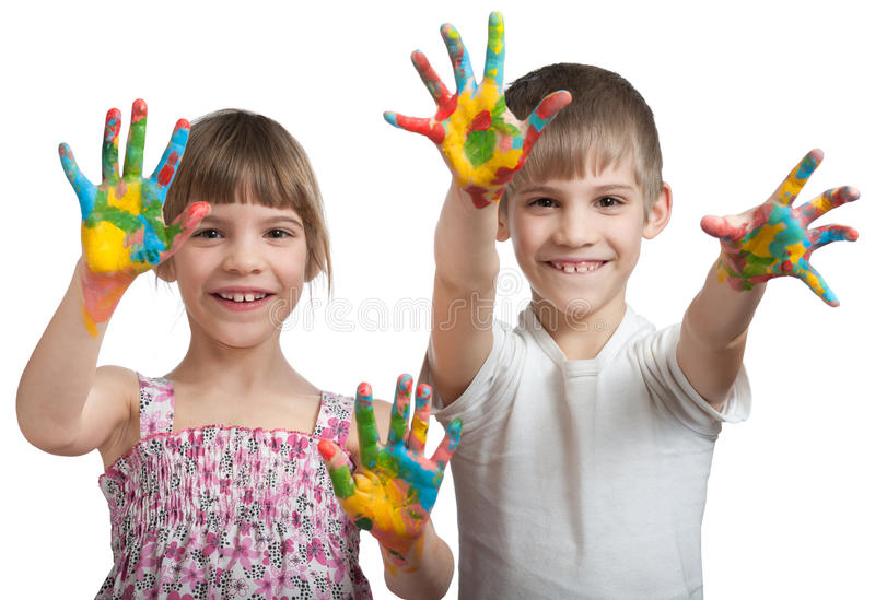 Los niños muestran sus manos manchadas en una pintura imagen de archivo