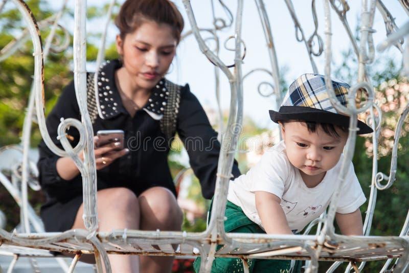 El el muchacho y momy con la felicidad imagen de archivo