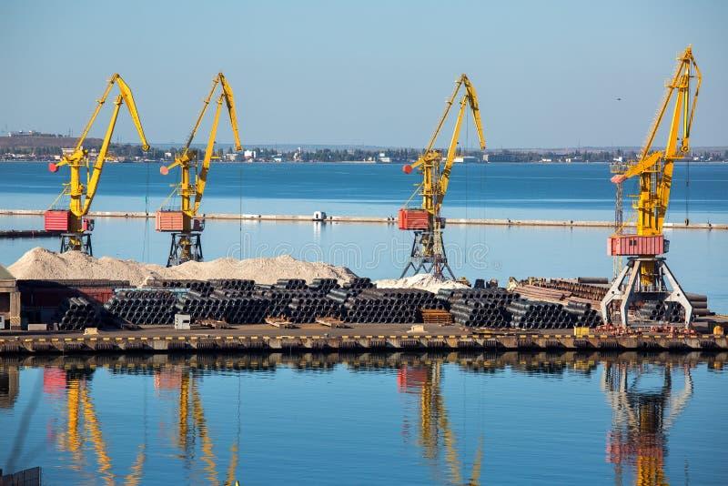El muelle del puerto del comercio de mar imagen de archivo libre de regalías