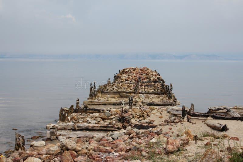 El muelle viejo en la isla Olkhon, el lago Baikal foto de archivo