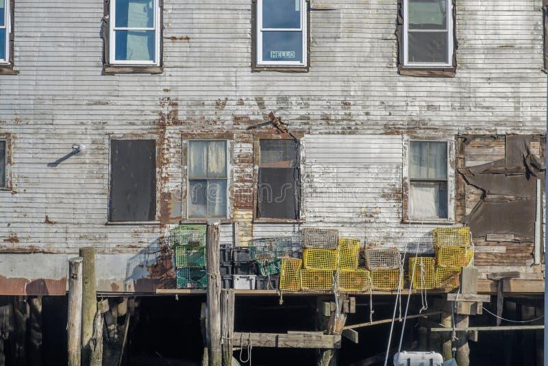 El muelle y el edificio en un embarcadero viejo en Nueva Inglaterra de trabajo atracan imagen de archivo