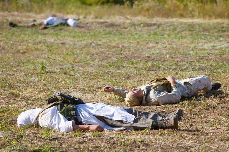 El Mujahideen asesinado y los soldados soviéticos mienten en el campo de batalla foto de archivo