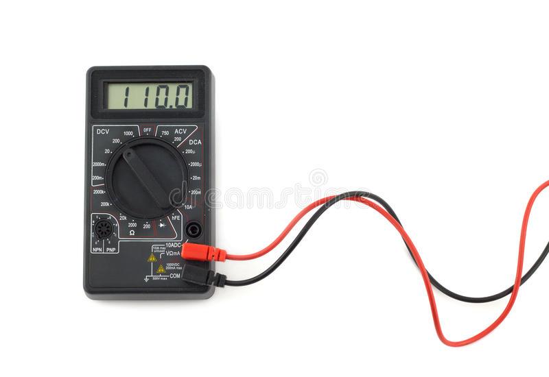 El multímetro de Digitaces con los alambres rojos y negros muestra 110 voltios en la exhibición del LCD fotografía de archivo libre de regalías