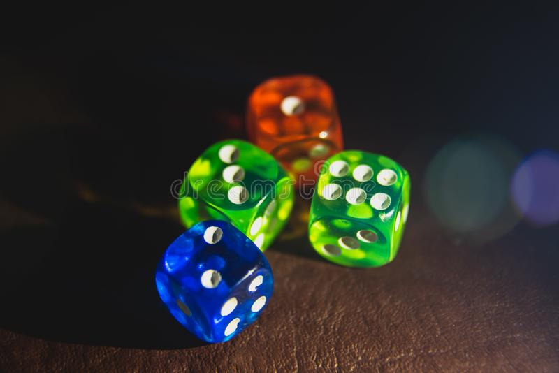 El multicolor corta shinning en cuadritos en la oscuridad por la luz suave fotos de archivo