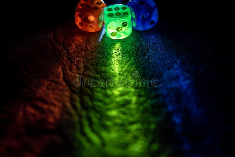 El multicolor corta shinning en cuadritos en la oscuridad por la luz suave imagen de archivo libre de regalías