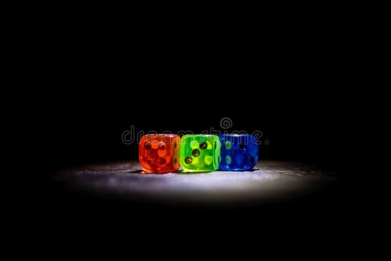 El multicolor corta shinning en cuadritos en la oscuridad por la luz suave fotografía de archivo libre de regalías